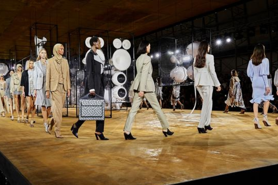 5 Fresh Styling Tricks We Saw At The Burberry Spring 2020 Show