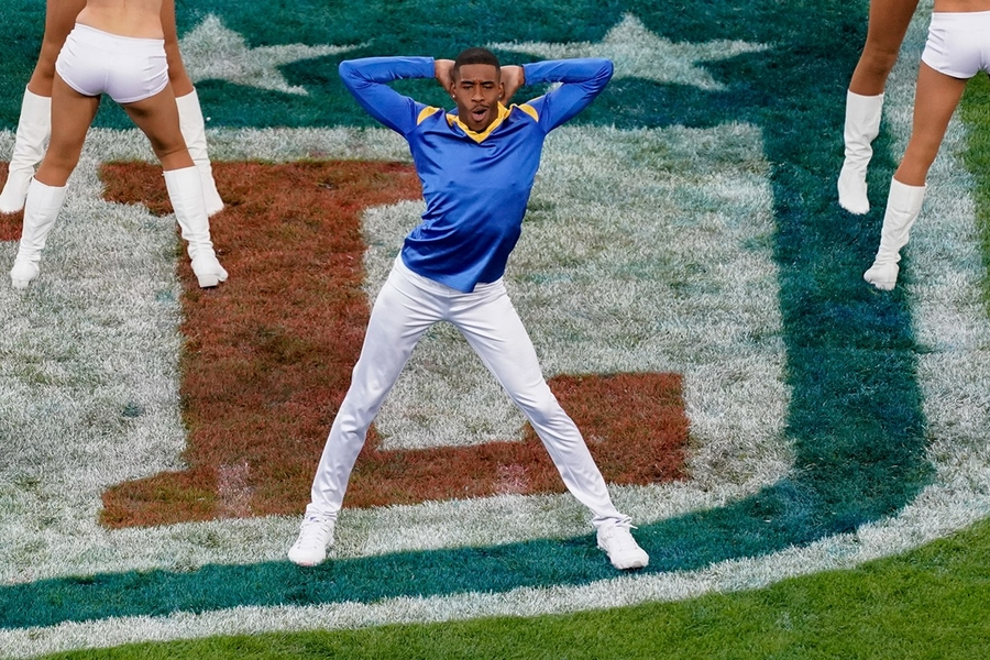 The 9-to-5 Workout Of One Of The First Male Cheerleaders To Perform At The Superbowl